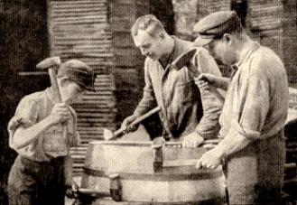 sw-Foto: zwei Männer und ein Junge beim Fassbau