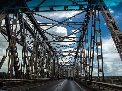 Farbfoto: Stahlbrücke, aufgenommen aus dem Auto