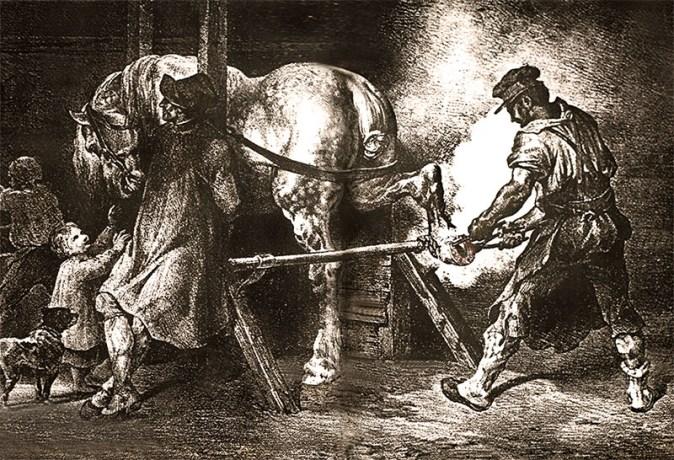 Hufschmied bringt unter viel Dampf einem festgebundenen Pferd das heiße Eisen auf, kopfseitig des Pferdes ein Mann, ein kleines Kind und ein Hund, die das Pferd ablenken