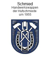 Handwerkswappen: unten abgerundet, auf blauem Grund, Hufeisen überlagert Zange mit Eisenstück und zwei sich kreuzende Hämmer