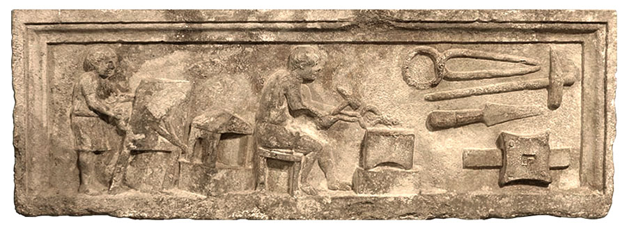 Sandsteinrelief: Geselle am Blasebalg, vor Amboss sitzender Schmied und Werkzeuge - 1. Jh
