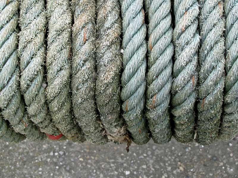 Foto: starkes, teilweise abgenutztes Tau, mehrfach umwickelnd
