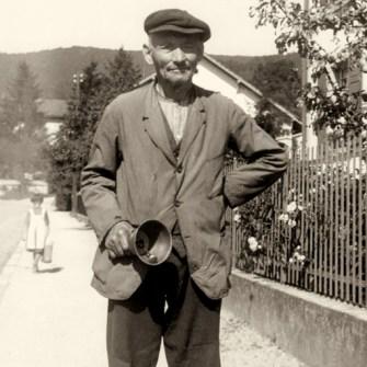 sw Foto: alter Mann mit Handglocke