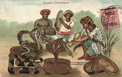 PK: Schlangenbeschwörer mit mehreren Schlangen und zwei Trommler