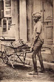 Foto: indischer Straßenreiniger mit Schubkarre