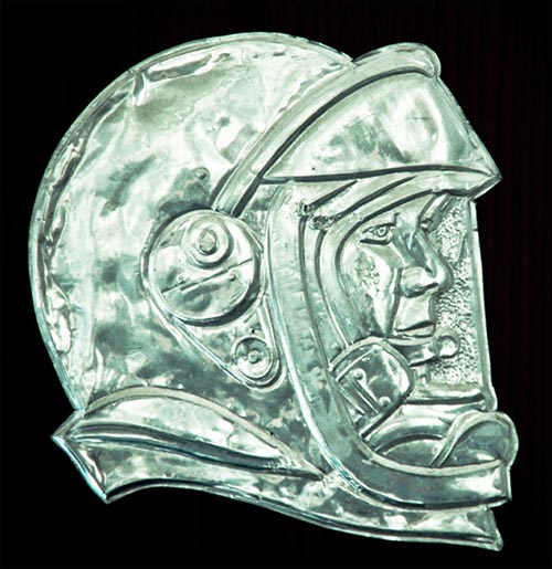 metallenes Relief: Kopf von Juri Gagarin mit Helm