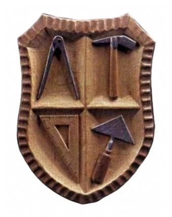Wappen aus Holz, geteilt in 4 Segmente mit Zirkel, Hammer, Dreieck und Maurerkelle