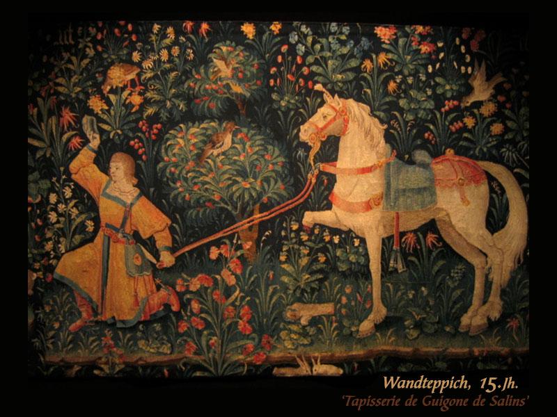 Farbfoto: vor floralem Hintergrund edler Herr mit weißem Pferd an der Leine