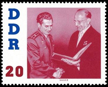 Briefmarke: Kosmonaut wird Orden verliehen: Händedruck