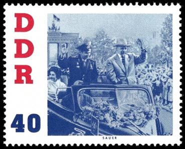 Briefmarke: Kosmonaut fährt durch Berlin am Brandenburger Tor
