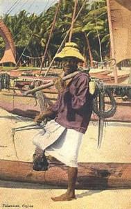 koloriertes Foto: Fischer mit Fangzeug steht am Boot