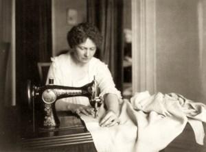 sw-Foto: Frau näht an einer Singer-Nähmaschine