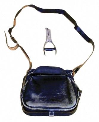 Tasche und Lochzange des Schaffners