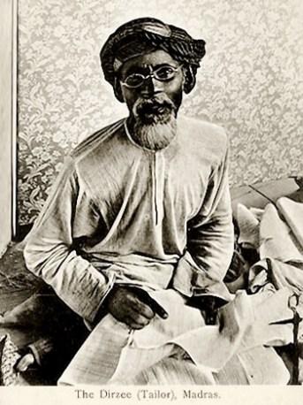 altes Foto: alter Schneider mit Turban und Brille bei der Arbeit