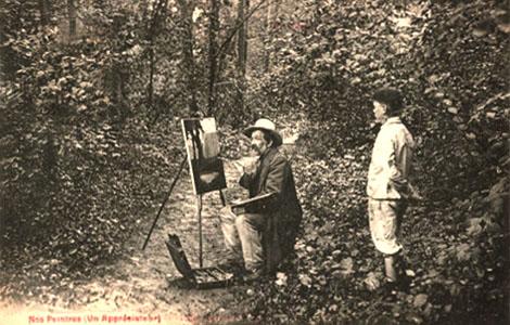 s/w Foto: Landschaftsmaler bei der Arbeit im wald an einer Staffelei, ein Junge schaut ihm über die Schulter zu