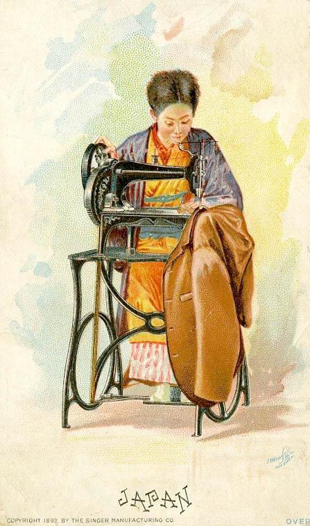 alte Postkarte: japanische Frau sitzt an Nähmaschine und näht