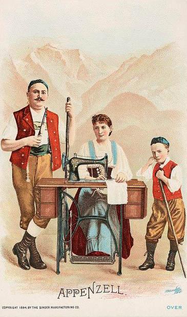 alte Postkarte: Frau sitzt an Nähmaschine und näht, Mann und Junge stehen daneben, im Hintergrund Berge