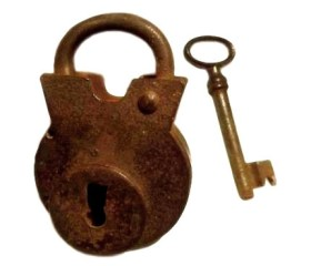 altes verrostetes Vorhängeschloss mit Schlüssel