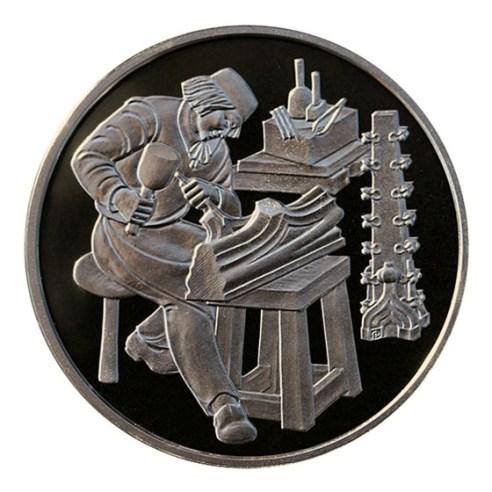 Münze zeigt Steinmetz bei der Arbeit und Wekzeuge