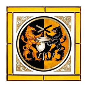 Glasbild: zwei Löwen stehen rechts und links von einem Färbekessel, darüber gekreuzte Färberstäbe