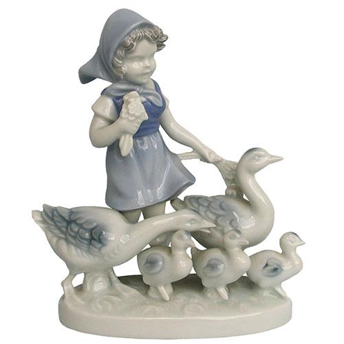 Porzellanfigur: kleines Mädchen mit Blumenstrauß und fünfköpfiger Gänsefamilie