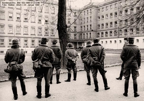 sw-Foto: mehrere Justizbeamte im Innenhof des Gefängnisses