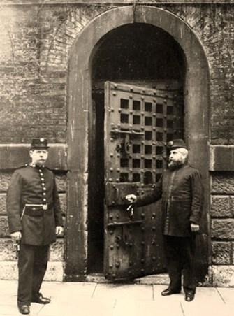 s/w Foto: zwei Gefängniswärter vor der Gefängnistür