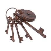 Foto: antikes Schlüsselbund mit fünf Schlüsseln und einem Vorhängeschloss