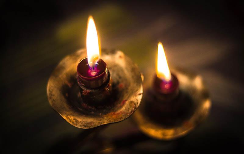 Farbfoto: zwei fast abgebrannte rote Kerzen