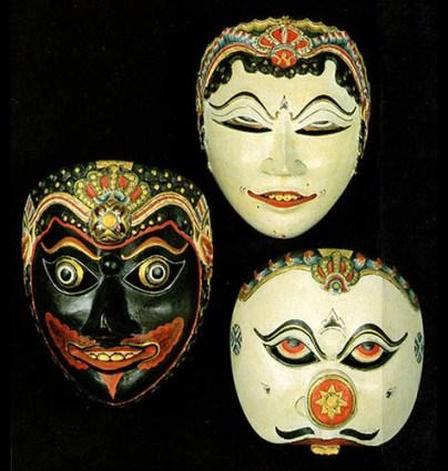 Farbfoto: drei verschiedene javanesische Theatermasken