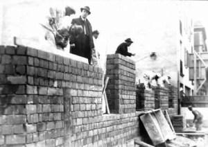 Arbeiter beim Bau einer Mauer