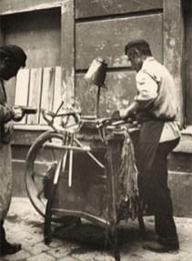 sw Foto: Scherenschleifer arbeitet auf einem Fußweg