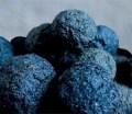 Farbfoto. mehrere blaue Kugeln aus Waidpaste
