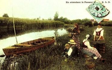 kolorierte Postkarte: Familie wartet am Fluss auf die Fähre