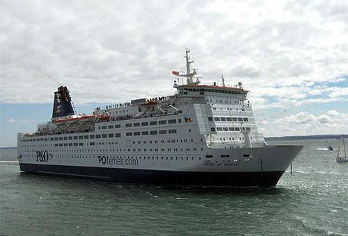 Farbfoto: große Kreuzfahrtfähre beim Verlassen von Hafen Portsmouth