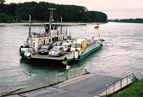 Farbfoto: Autofähre setzt über den Rhein