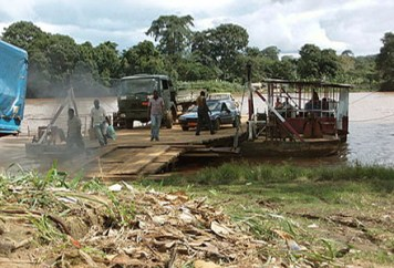 Farbfoto: Fähre über den Mbam Fluss