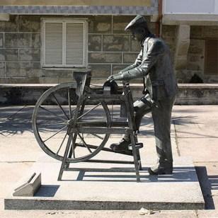 Kunst im öffentlichen Raum: Bronzeskulptur: Mann am Schleifstein