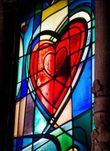 buntes Fenster mit rotem Herz