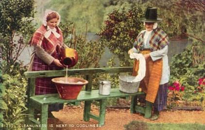 PK: zwei Frauen in Tracht beim Wäschewaschen