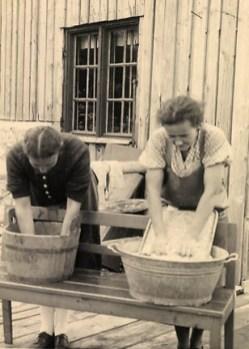 sw-Foto: zwei Frauen beim Hand-Waschen der Wäsche