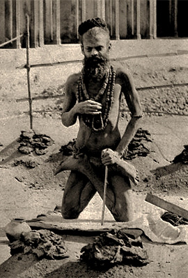 sw Foto: Mann steht auf Knien mit vorn noch oben überkreuzten Beinen