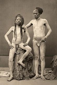 sw Foto: zwei nackte Fakire mit Genitalklemmen