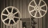 sw Foto: alter Projektor mit großen Filmspulen