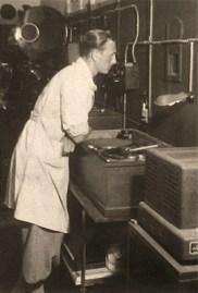 sw Foto: Vorführer beobachtet Filmablauf durch Luke im Vorführraum - 1950