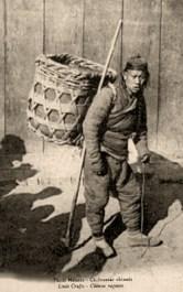 sw Foto: chinesischer Lumpensammler mit Rückenkorb