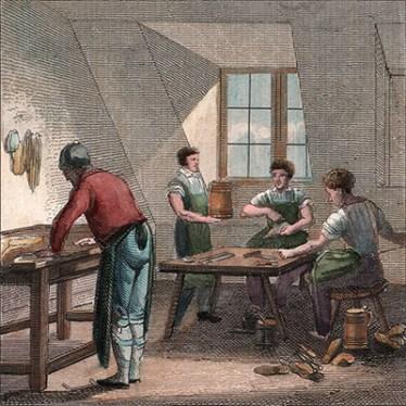 kolorierter Kupferstich: li schneidet der Meister an hohem Tisch stehen Leer zu, re arbeiten 3 Gesellen sitzend an flacherem Tisch