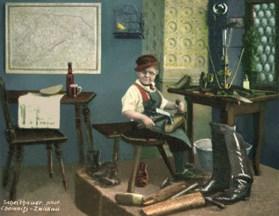 koloriertes Foto: kleiner Schusterjunge mit Nickelbrille bei er Arbeit