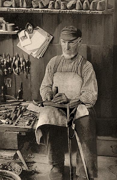 sw Foto: Dorfschuster arbeitet auf Schemel sitzend in seiner Werkstatt -1910