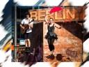 Seiltänzerin balanciert auf einem Drahtseil, Musiker mit Gitarre begleitet sie